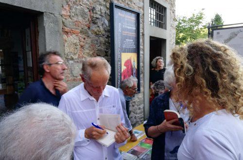 Erri De Luca mi firma una copia del suo libro